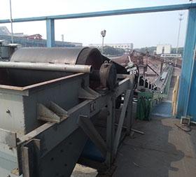 江苏苏钢现场,ydb100.com亿鼎博提供的DTII型带式输送机,总共有10余条,最长的皮带机有150米左右,输送物料为:焦炭和块矿,带宽为B1000,处理量为500t/h。