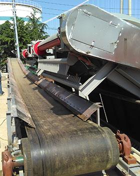 江苏皂河水利现场,TD75型带式输送机,主要是用来输送污泥,从压滤机里面压缩出来的泥饼,此现场共提供了10余条皮带输送机,长度在十几米到三十几米不等,带宽为B650,输送机两侧加有不锈钢材质的挡板。