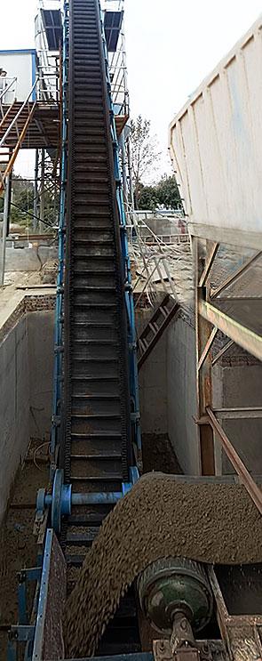 2017年中旬,为河南本地周口客户提供生产的大倾角皮带输送机,用于搅拌站配套,输送物料为砂石和沙子,带宽为650mm,提升高度为7米,每小时输送量为150t,目前设备运行稳定。
