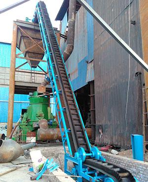 2016年底,陕西西安客户现场,也是为搅拌站配套用的大倾角皮带输送机,输送物料为砂石与沙子等物料,带宽为650mm,输送量为70t/h,提升高度为15米左右,目前已运行2年左右的时间,输送稳定。