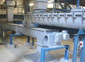 内蒙古包头客户现场照片,采用的是U型螺旋输送机,材质为碳钢,输送物料为:颗粒状物料,直径为300mm,输送长度为6米,目前已运行2年左右时间,输送稳定,不堵料。